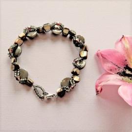 Armband van grijs parelmoer versierd met glaskraaltjes (19 cm lang)