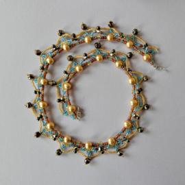 Halsketting van goudkleurige parels versierd met glaskraaltje en kristal (50 cm lang)