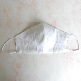 Wit mondkapje van ruwe zijde met dun wit elastiek