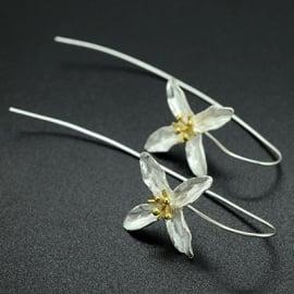 Lange zilveren oorstekers met bloem