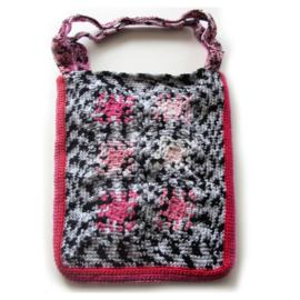 Grote gehaakte schoudertas in zwart-wit met roze tinten (40 x 31 cm)