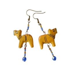 Houten hondjes aan haken van nikkelvrij brons (7,5 cm lang)