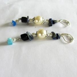 Parelkraal en langwerpig kristalletje met lapis lazuli