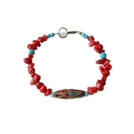 Armband van oud rood koraal, turkoois en een Tibetaanse kraal (20,5 cm lang)