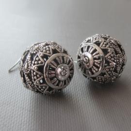 Oorhangers met opengewerkte bollen van Tibetaans zilver