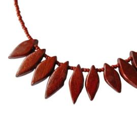 Ketting van rood-bruin hout met glaskraaltjes (41 cm lang)