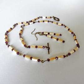Ketting + oorbellen van parelmoer en kristal (60 cm lang)