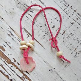 Suède halsband met been en parelmoer hanger (43 cm lang)