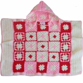 Gehaakte deken, samen met capuchon ook te gebruiken als cape (72 x 60)