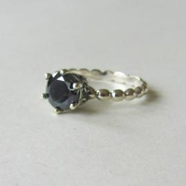 Zilveren ring met een zwarte steen in maat 55 (18) of 57 (19)