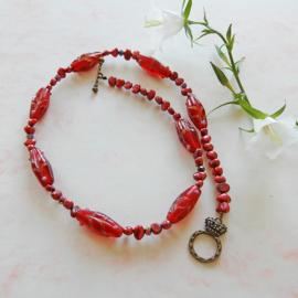 Halsketting van rode zoetwaterparels met Venetiaans glas (46 cm lang)
