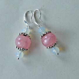 Roze glaskraal met opaal