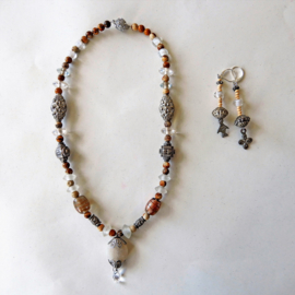 Ketting + oorbellen van ijzer, glas en bruine jaspis (44 cm en 7 cm lang)