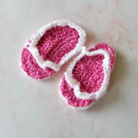 Gehaakte teenslippertjes in roze met wit voor maat 62