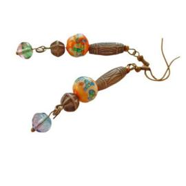 Oorbellen van handgemaakte glaskralen, brons en een glazen hanger (7 cm lang)