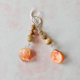 Oorbellen van bruine jaspis met oranje parelmoerhanger (6,5 cm lang)