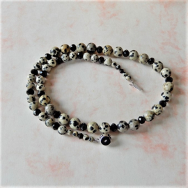 Halsketting van dalmatiër jaspis met zwarte kristallen en een slot van zilver (45,5 cm )