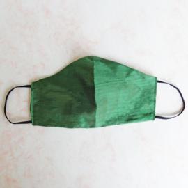 Mondkapje van groene ruwe zijde (double face) met zwart elastiek