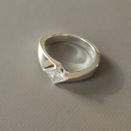 Apart gevormde zilveren ring met een kristal in maat 17 en 18