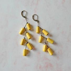 Oorbellen van brons en geel hout (8,5 cm lang)
