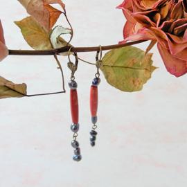 Oorbellen van rood keramiek en zwarte zoetwaterparels (8,5 cm lang)