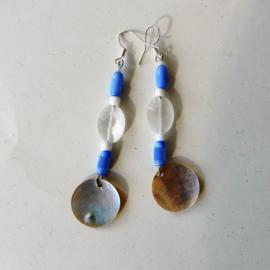 Blauw en wit glas met een parelmoer-hanger