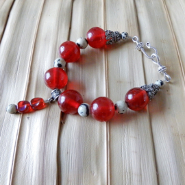 Armband van grote rode glaskralen en dalmatiërjaspis (21,5 cm lang)