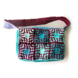 Gehaakte schoudertas in turquoise, lila en bordeauxrood (28 x 18 cm)