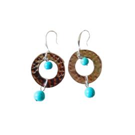 Fifties oorbellen van metalen ring met turkoois (5,5 cm lang)