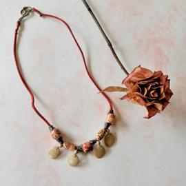 Rood suède halsbandje met hout en brons (48 cm lang)