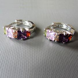 Kleine oorringetjes van sterling zilver met gekleurde steentjes