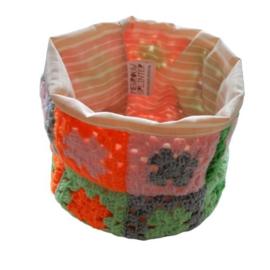 Mandje van gehaakte granny-squares met een roze voering (14 cm hoog en  55 cm omtrek)