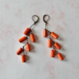 Oorbellen van brons en oranje hout (8,5 cm lang)