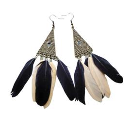 Zwarte en crèmekleurige veertjes aan bronzen hanger (11 cm lang)
