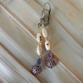 Ketting + oorbellen van parelmoer met bedels van brons (51 cm en 6,5 cm lang)