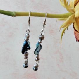 Oorbellen van blauwe parelmoer en zilverkleurige zoetwaterparels aan haken van sterling zilver (7,5 cm lang)