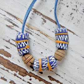 Suède halsband met 3 handgemaakte Afrikaanse kralen en hout |(54 cm lang)