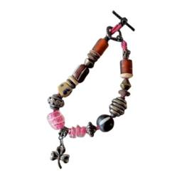 Armband van glas, keramiek, metaal en been (22 cm lang)