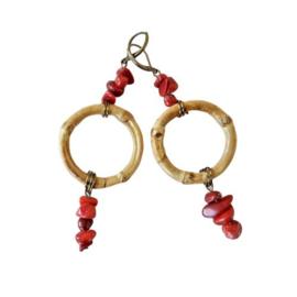 Oorbellen met een ring van bamboe en antiek koraal (chips) 8,5 cm lang