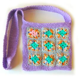 Vierkante schoudertas van granny squares met lange schouderband