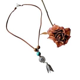 Bruin suède halsbandje met hout en hanger met metalen veertjes (38 cm lang)
