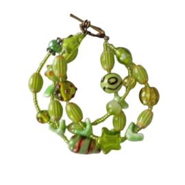 Armband met 3 strengen van groene glaskralen en keramiek  (18 cm lang )