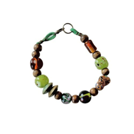 Groen suède armband met glas, hout en keramiek (19,5 cm lang)