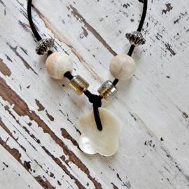Suède halsband met glas, hout en parelmoerhanger (42 cm lang)