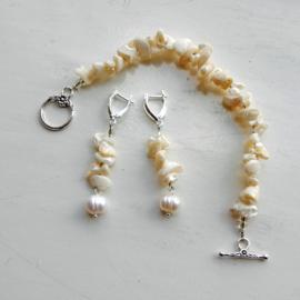 Armband + oorbellen van roomwitte schelpjes (19,5 cm lang)