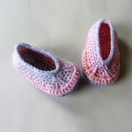 Rozige gehaakte schoenen met lila katoenen zool voor maat 74