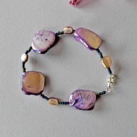 Armband van grote en kleine brokken lila parelmoer (19 cm lang)