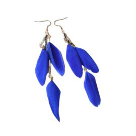 Blauwe veren aan goudkleurige kettinkjes (14 cm lang)