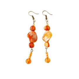 Oorbellen van brons en oranje parelmoer (8 cm lang)