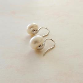 Zilveren oorhangers met witte zoetwaterparels
